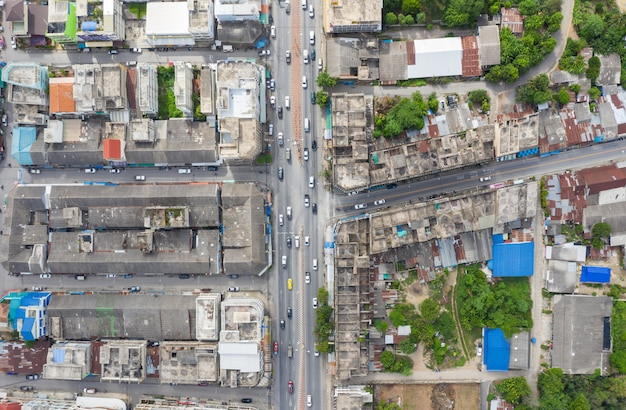 Tráfego na estrada com beco no antigo centro da cidade em kanchanaburi