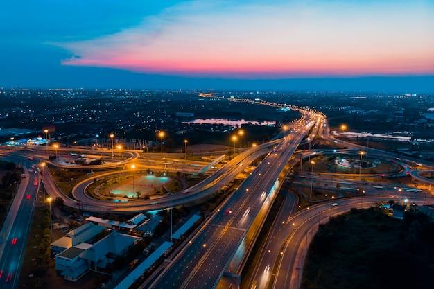 Tráfego rodoviário de uma infra-estrutura importante na tailândia