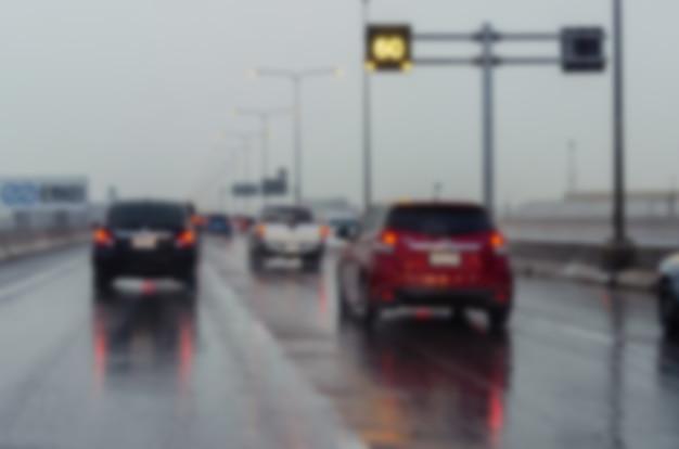 Tráfego turvo de fundo na estrada quando chove