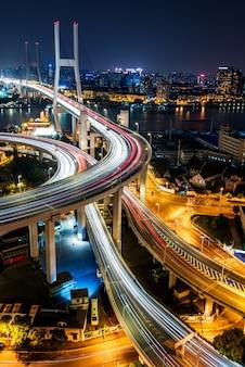 Tráfego urbano com paisagem urbana