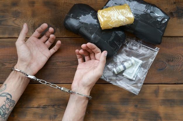 Traficante de drogas preso com seus pacotes de heroína