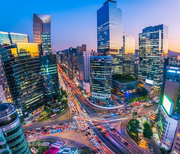 Trafique na noite na cidade seoul de gangnam, coreia do sul.