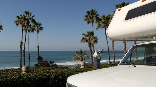 Trailer de motorhome ou caravana para viagem. oceano praia califórnia eua. van de acampamento, trailer rv.