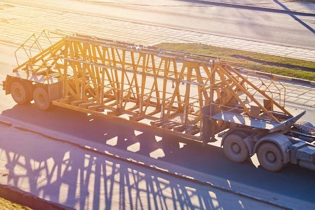 Trailer para o transporte de estruturas de concreto ao sol