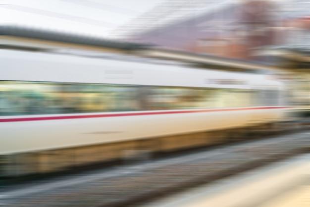 Train borrão chegando à estação de trem.