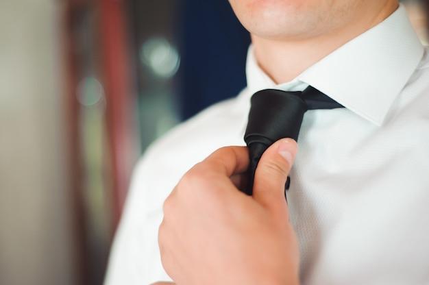 Traje elegante vestido de homem de negócios antes de encontrar um parceiro