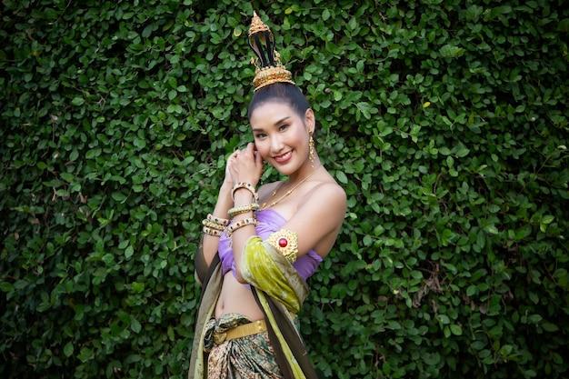 Traje tradicional feminino tailandês em pé ao ar livre
