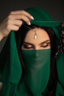 Traje tradicional lindo retrato de mulher árabe dentro de casa jovem mulher hindu