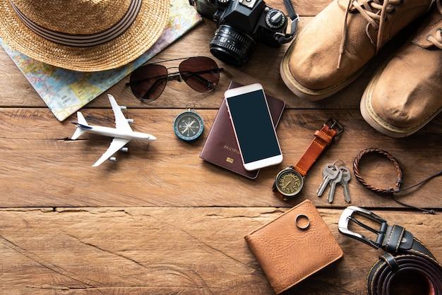 Trajes de acessórios de viagem. passaportes, bagagem, o custo dos mapas de viagem preparados para a viagem