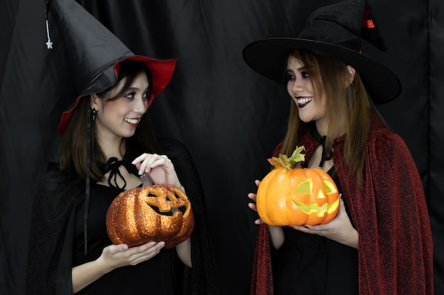 Trajes de halloween adolescente adulto jovem na festa