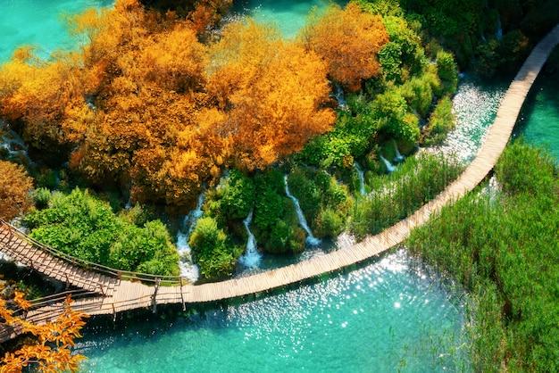 Trajeto de madeira bonito no lago plitvice, croácia.