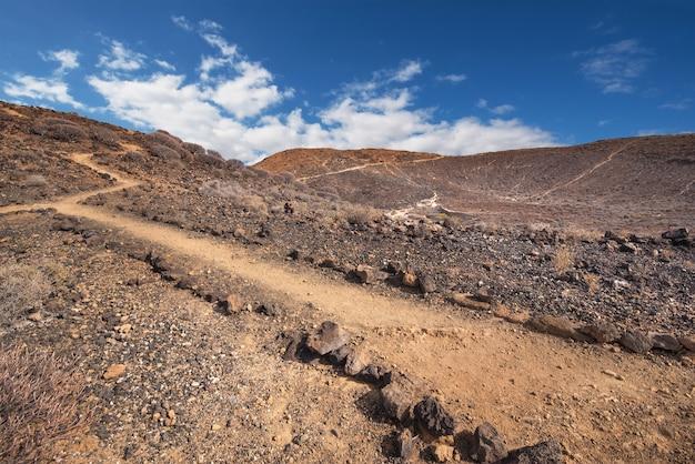 Trajeto na paisagem vulcânica cênico na ilha sul de tenerife, ilhas canárias, espanha.