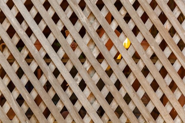 Trança da parede do galpão com tábuas de madeira