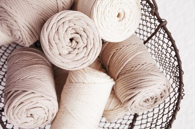Trança de macramé artesanal e fios de algodão na cesta