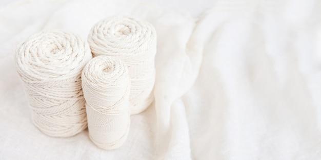 Trança de macramé artesanal e fios de algodão. Foto Premium