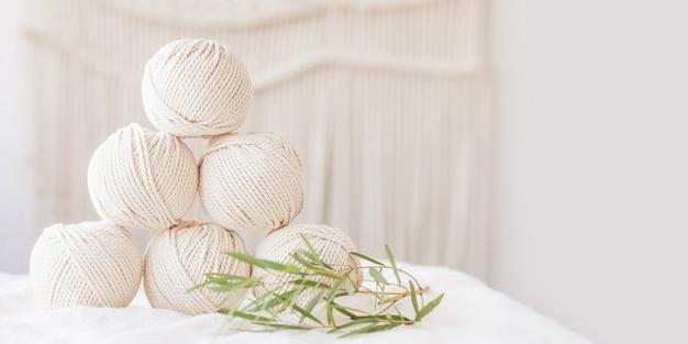 Trança de macramé artesanal e fios de algodão.