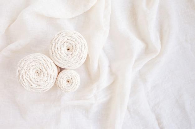 Trança de macramé e fios de algodão feitos à mão imagem boa para banners e anúncios de macramé e artesanatos
