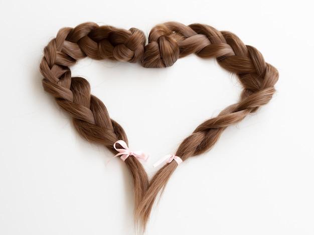 Tranças em forma de coração de alto ângulo com fitas