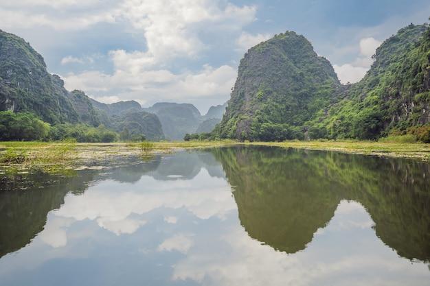 Trang an tam coc ninh binh vietnã é um patrimônio mundial da unesco conhecido por sua caverna para barcos