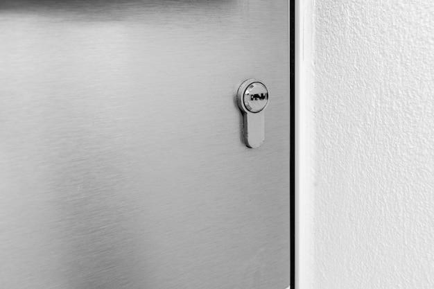 Tranque a porta de uma casa moderna