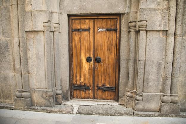 Tranque a velha porta de madeira da igreja