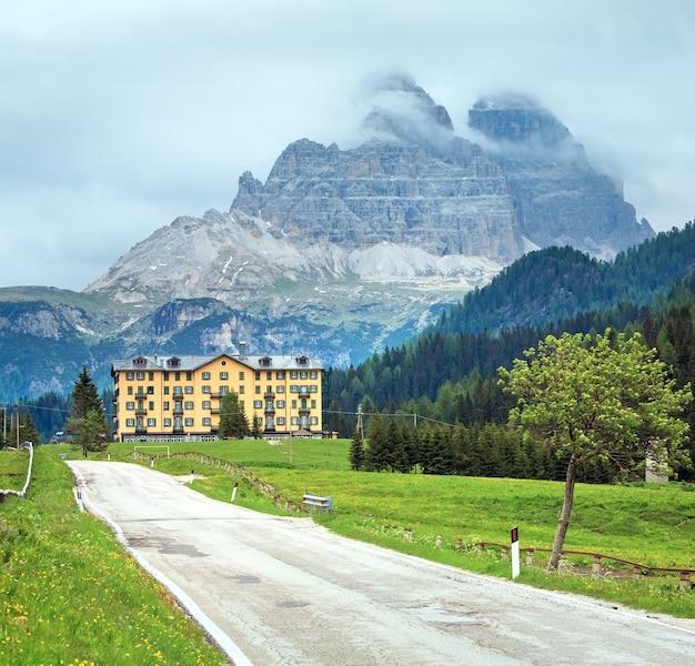 Tranquilo verão com vista para a montanha de dolomitas italianas, caminho para o lago misurina e o monte rifugio auronzo
