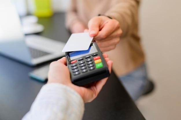 Transação sem contato de close-up com cartão de crédito