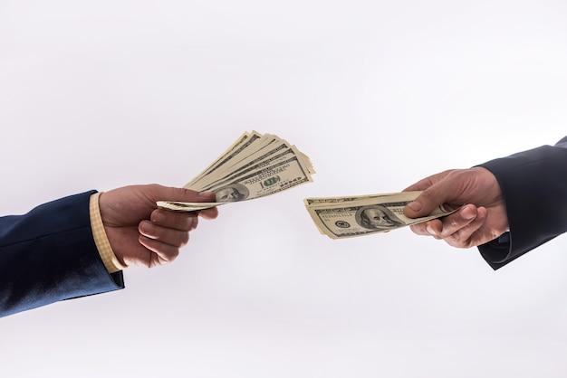 Transferência de dólares de dinheiro nas mãos isoladas. conceito de finanças