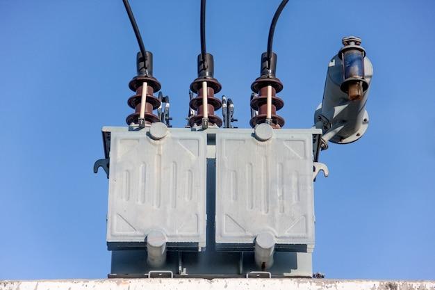 Transformador cinzento em subestações com céu azul