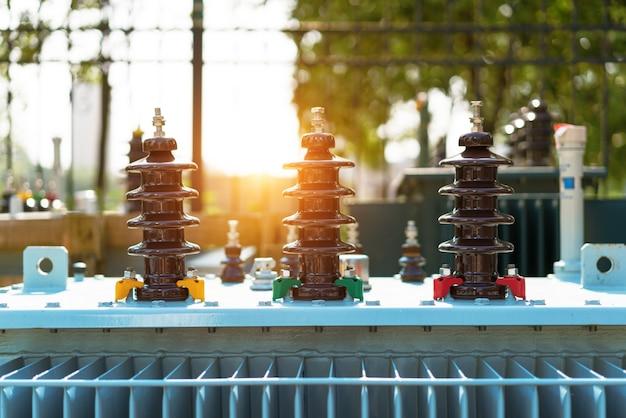 Transformador de alta tensão com isolamento elétrico e equipamentos elétricos em subestação de energia.