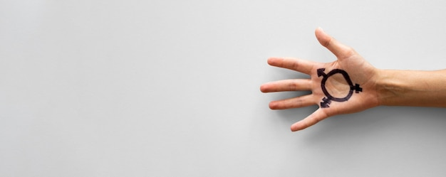 Transgêneros de cópia-espaço assinar na mão
