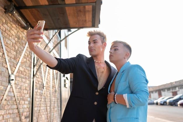 Transgêneros em filmagens médias tirando selfie