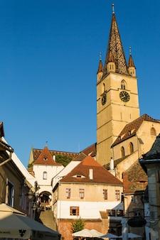 Transilvânia. igreja luterana, construída na praça huet, vista das ruas da cidade medieval da cidade baixa