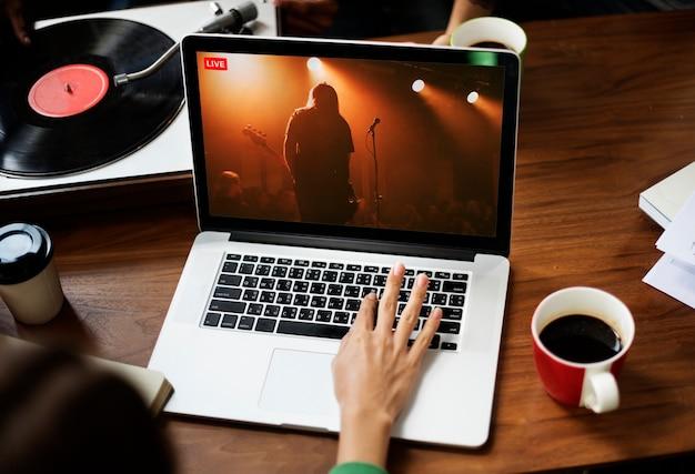 Transmissão ao vivo de show em um laptop no novo normal
