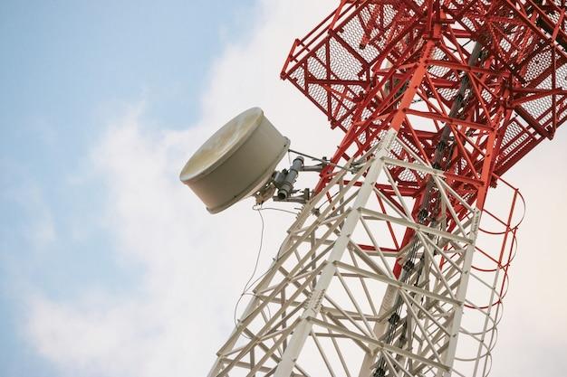 Transmissor de antena de comunicação sem fio. torre da telecomunicação com as antenas no fundo do céu azul.