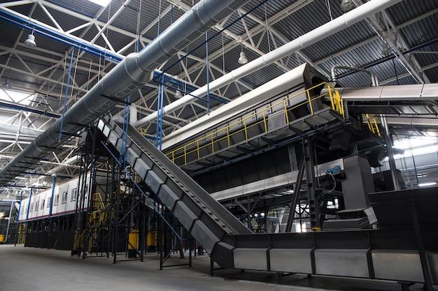 Transportador central da central de triagem de resíduos.