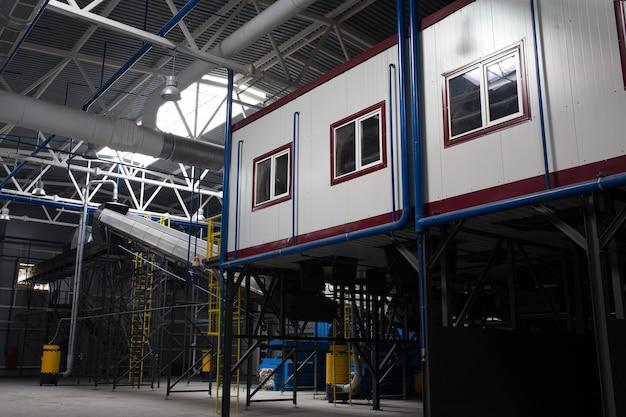 Transportador central da estação de triagem de resíduos. reciclagem e armazenamento de resíduos para posterior disposição.