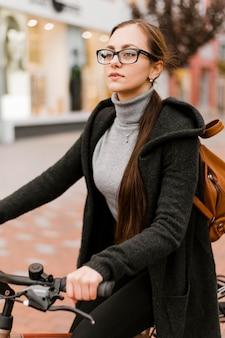 Transporte alternativo de bicicleta e mulher andando