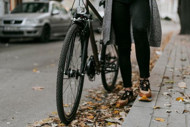 Transporte alternativo de bicicleta e mulher caminhando
