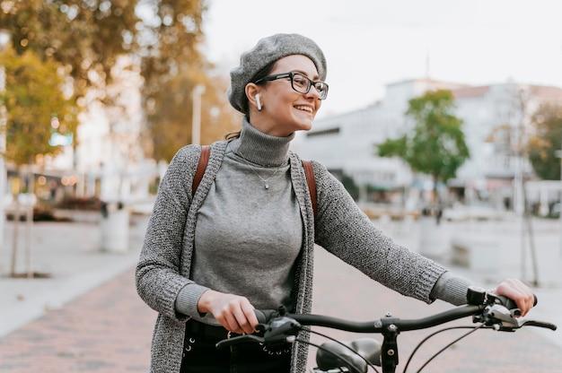 Transporte alternativo de bicicleta e mulher