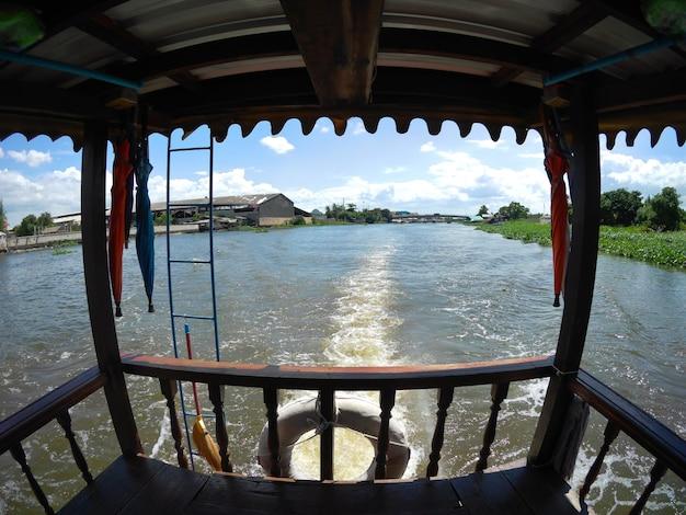 Transporte de barco no rio tha chin em nakhon pathom