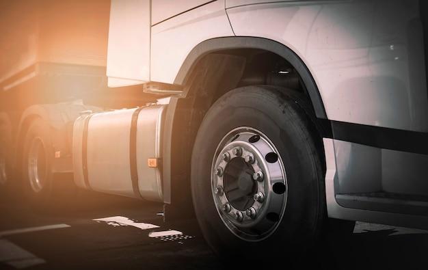 Transporte de caminhão de carga com rodas de semi caminhão dianteiro