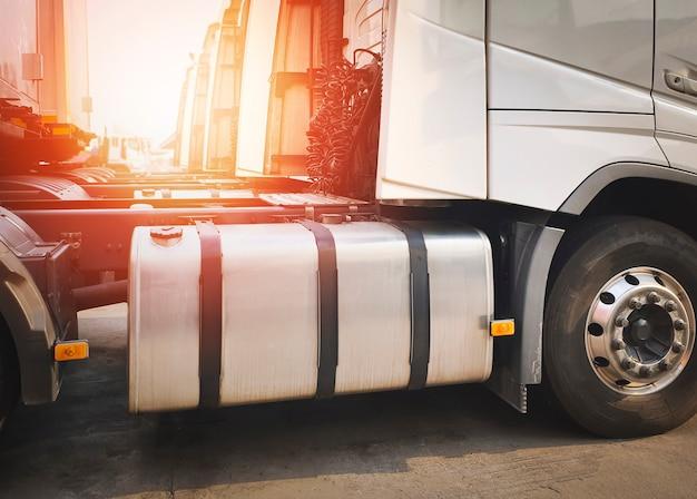 Transporte de caminhão de carga, tanque de combustível de caminhão e tanque de combustível