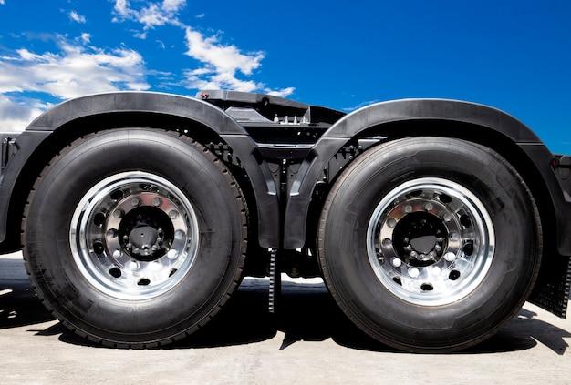 Transporte de caminhão, um novo pneu de caminhão.