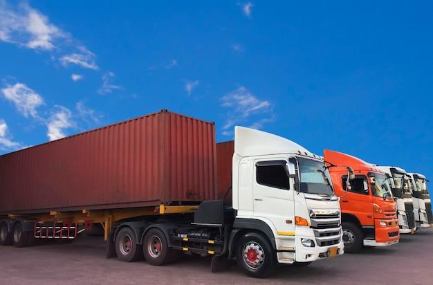 Transporte de caminhões de contêiner estacionado com um céu azul.