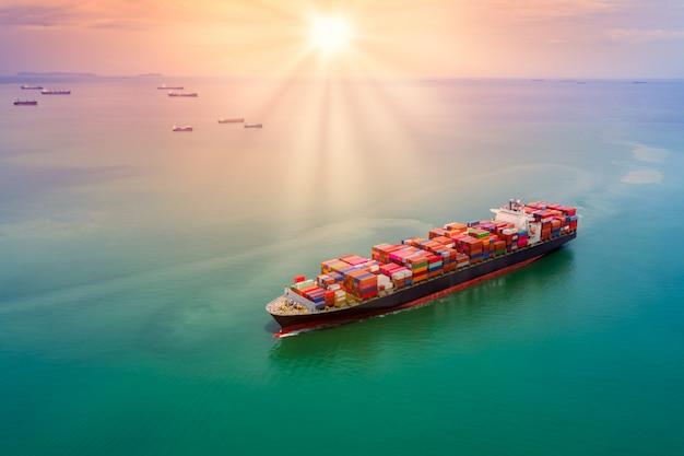 Transporte de carga de contêineres, logística, transporte e pôr do sol sobre vista aérea