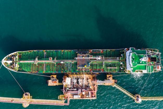 Transporte de carga de petróleo e gasolina na vista aérea do mar