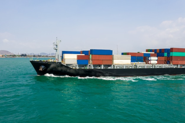 Transporte de negócios contêineres de carga oceanos susto Foto Premium