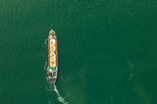 Transporte de petróleo e gás navegando no mar verde