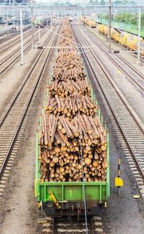 Transporte de toras de madeira em plataformas de carga na ferrovia, finlândia